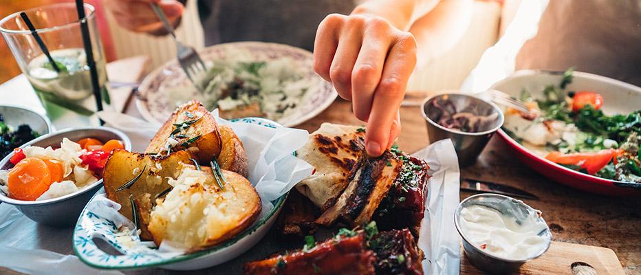Asiakas nauttimassa ravintola Frejan à la carte menua, jolla saa pöydän koreaksi Espoon Matinkylässä.