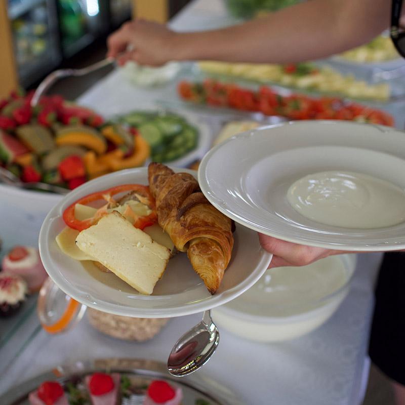 Ravintola Frejan runsas aamiaispöytä.