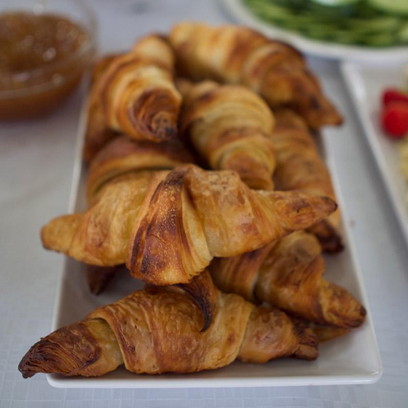 Frejan aamiaisen croissantteja.