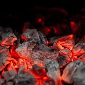 Puuhilligrillin hehkuvat hiilet ravintola Frejan keittiössä Espoossa.
