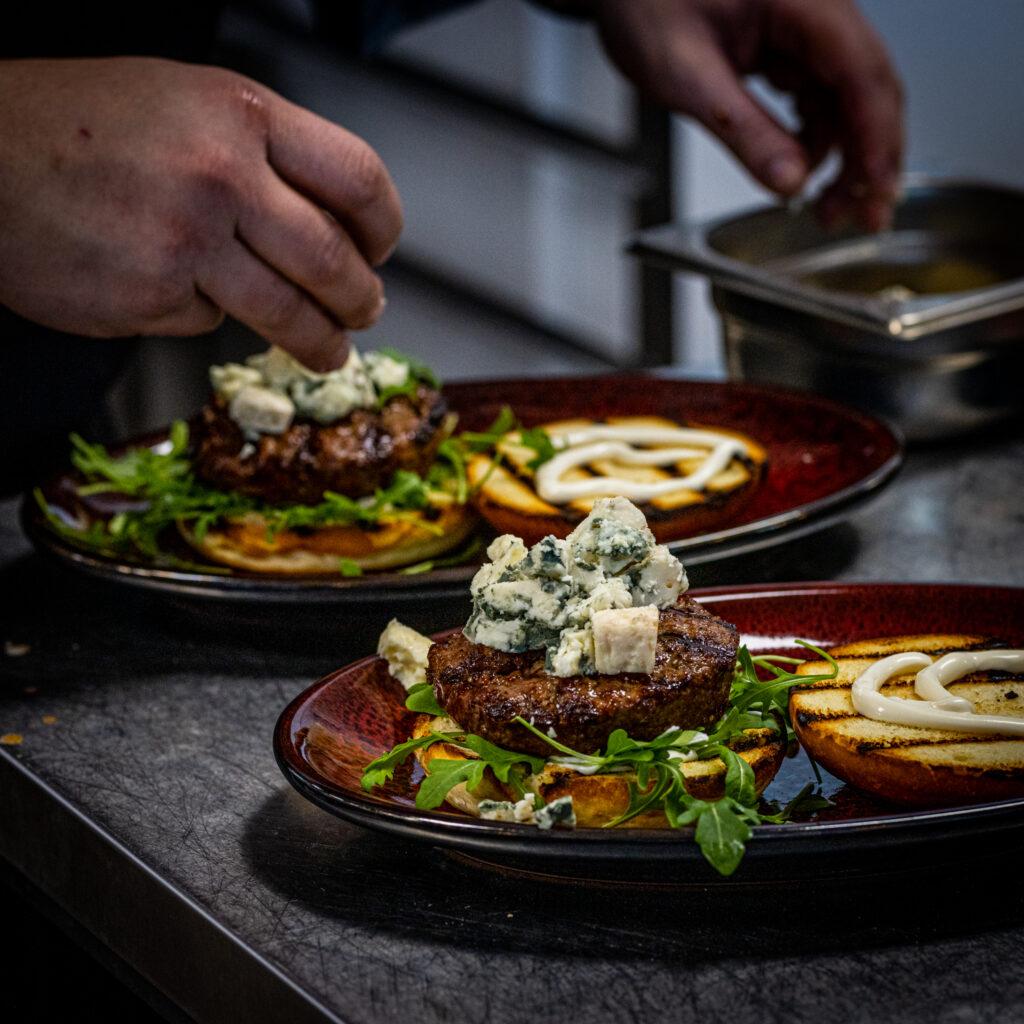 Kokki valmistaa hamuprilaisannoksia ravintola Frejassa, Espoon Matinkylässä.