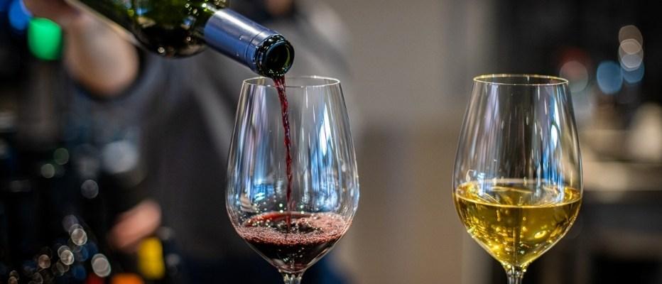 Tarjoilija kaataa viiniä ravintola Frejassa järjestettävissä juhlissa Espoossa.