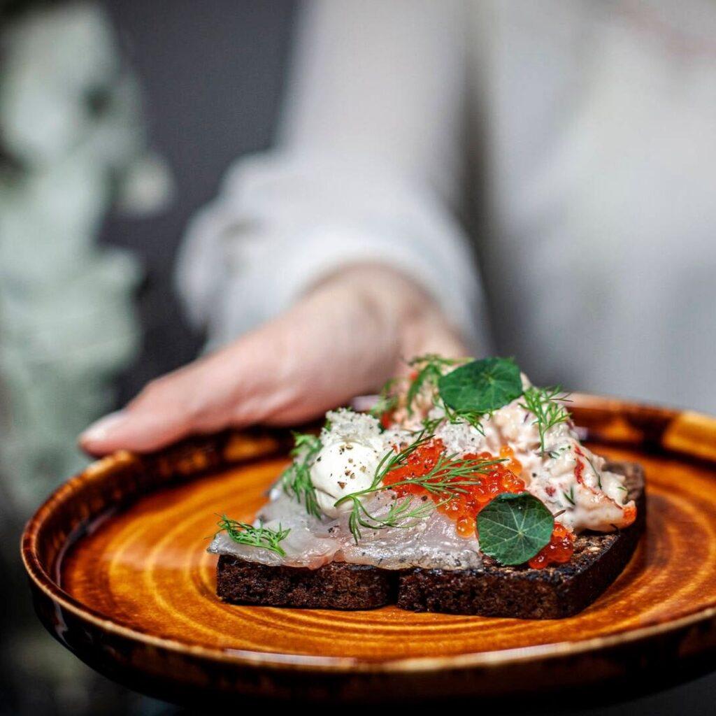 Alkuruoka annos kauniisti aseteltuna ravintola Frejassa Espoon Matinkylässä.