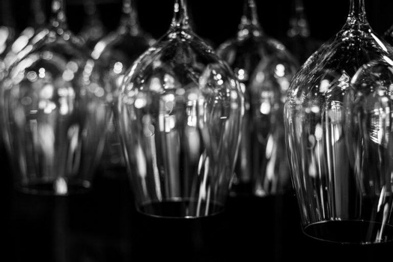 Viinilaseja ravintola Frejan viinibaarissa Espoossa.