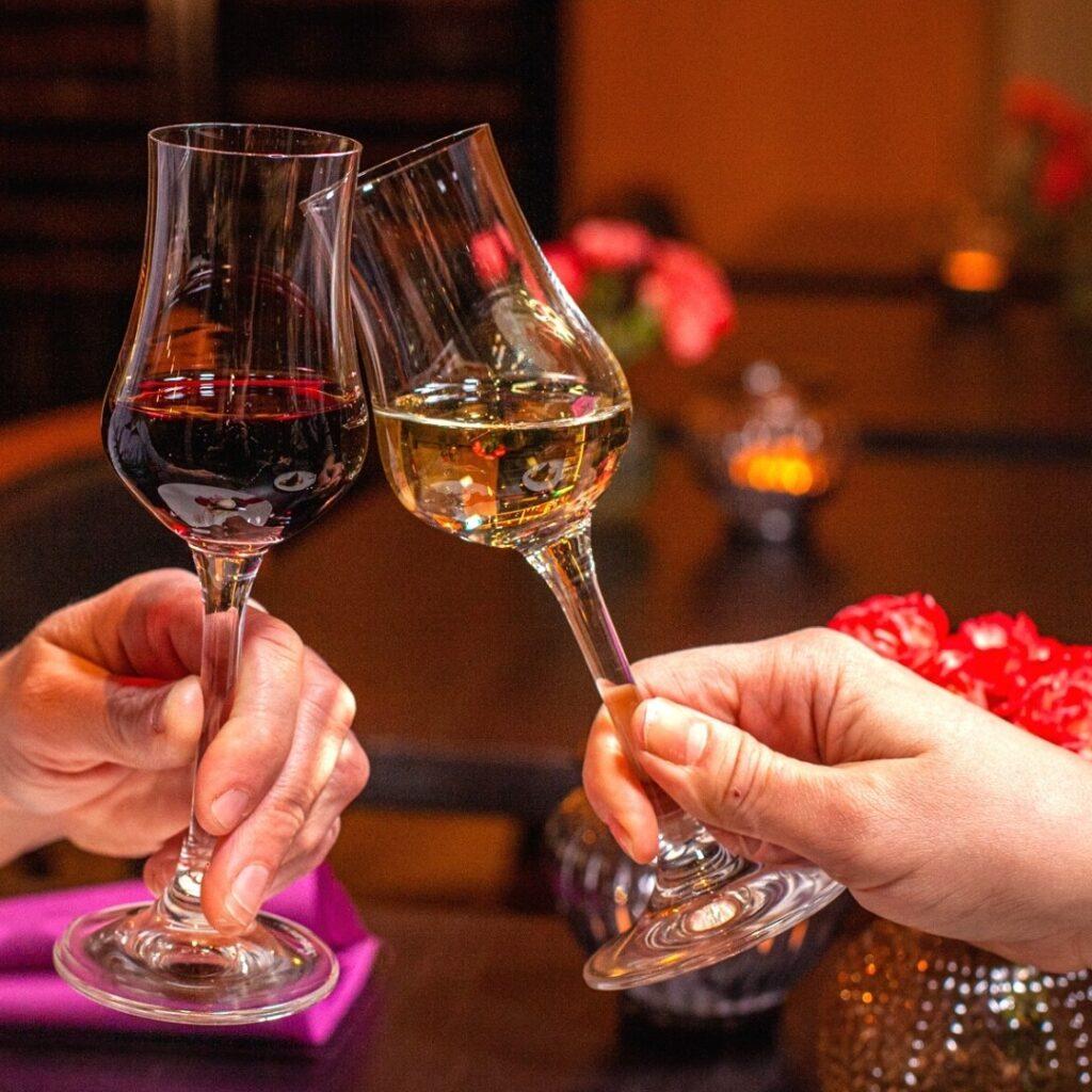 Viinien kilistelyä ravintola Frejan äitienpäivälounaalla Espoon Matinkylässä.