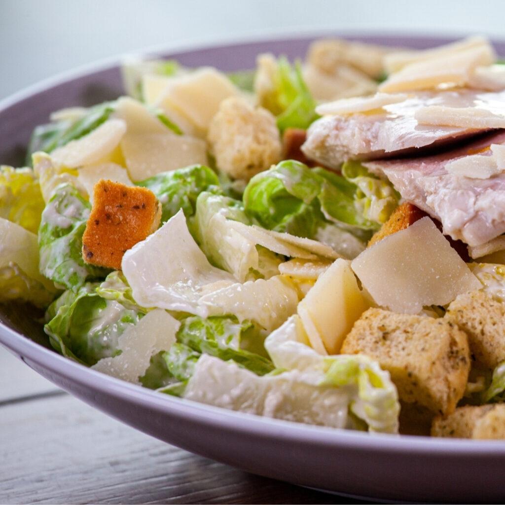 Caesarsalaattia ravintola Frejan vappulounaalla 2021 Espoossa.