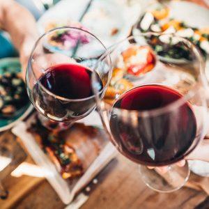 Viinilasit ravintola Frejan pöydässä Espoossa.